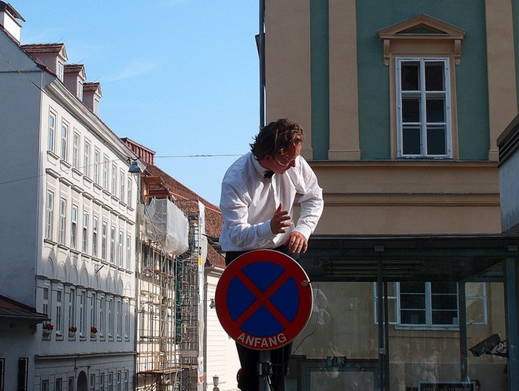 Décor Sonore playing a traffic sign in Graz, Austria